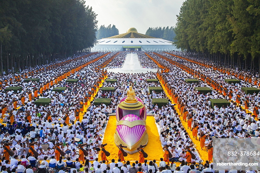 Thudong or Dhutanga, ceremony of the Dhammakaya Foundation in front of the Phra Mongkol Thepmuni Memorial Hall, golden dome of the Phramonkolthepmuni meditation hall, Wat Phra Dhammakaya, Khlong Luang District, Pathum Thani, Bangkok, Thailand, Asia