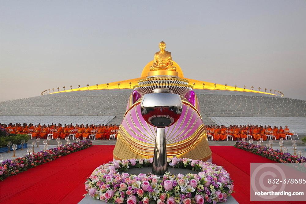 Wat Phra Dhammakaya temple, Golden statue of Phra Mongkol Thepmuni in front of the Chedi Mahadhammakaya Cetiya, Phramongkolthepmuni, Khlong Luang District, Pathum Thani, Bangkok, Thailand, Asia