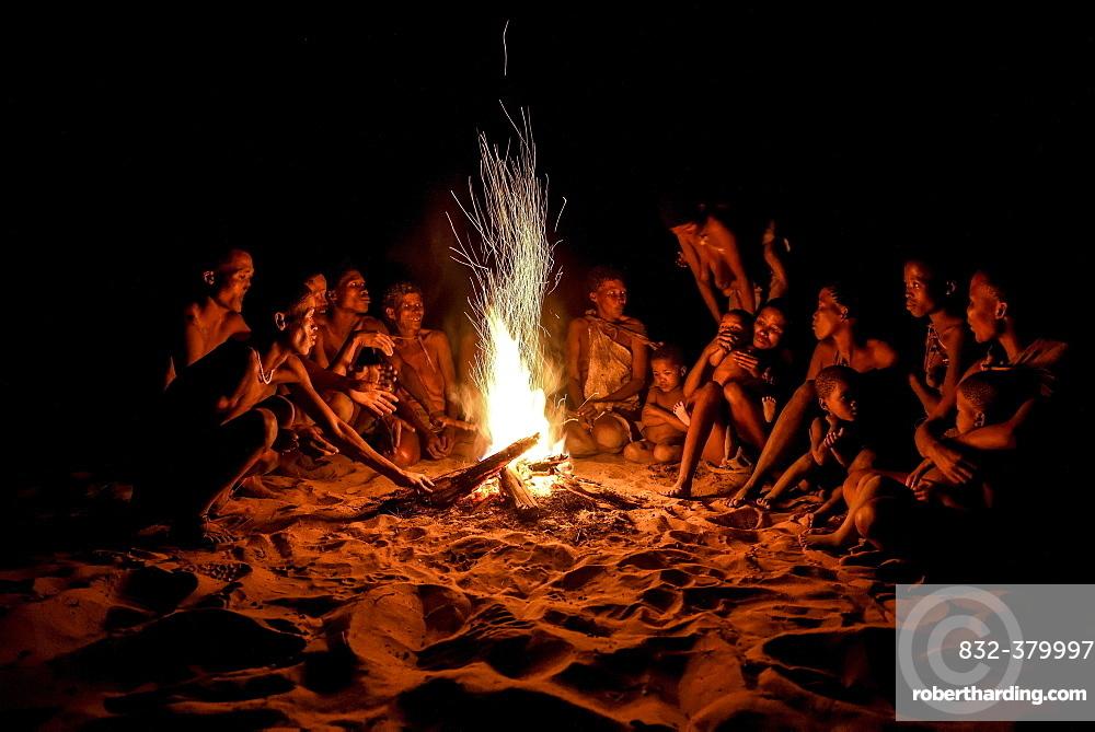Bushmen of the Ju/' Hoansi-San sitting at the campfire, village //Xa/oba, near Tsumkwe, Otjozondjupa region, Namibia, Africa