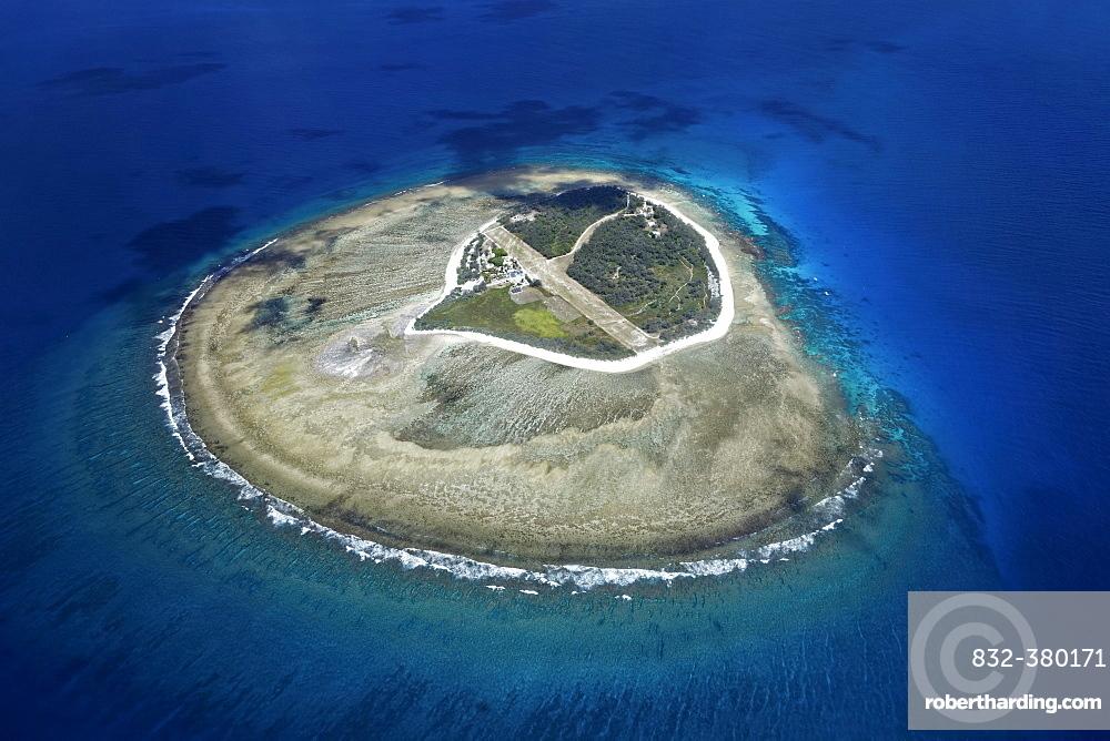 Fringing reef around small island with runway, Lady Elliot Island, Queensland, Pacific, Australia, Oceania