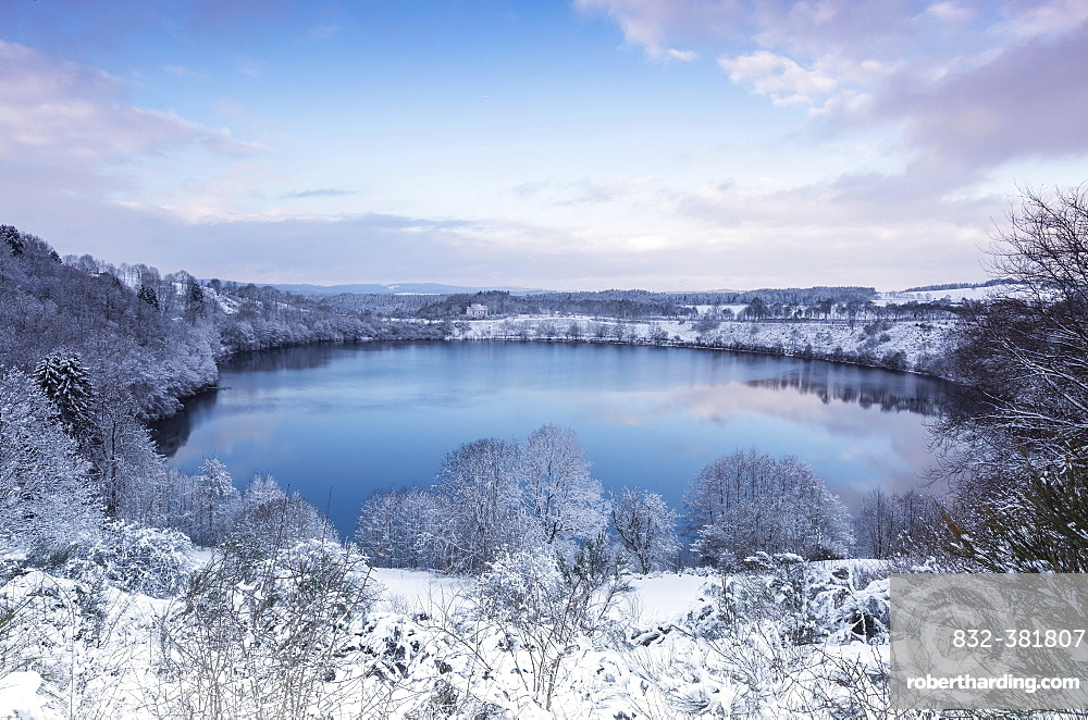 Weinfelder Maar, also Totenmaar, maar lake in winter, Schalkenmehren, Daun, Volcanic Eifel, Rhineland-Palatinate, Germany, Europe