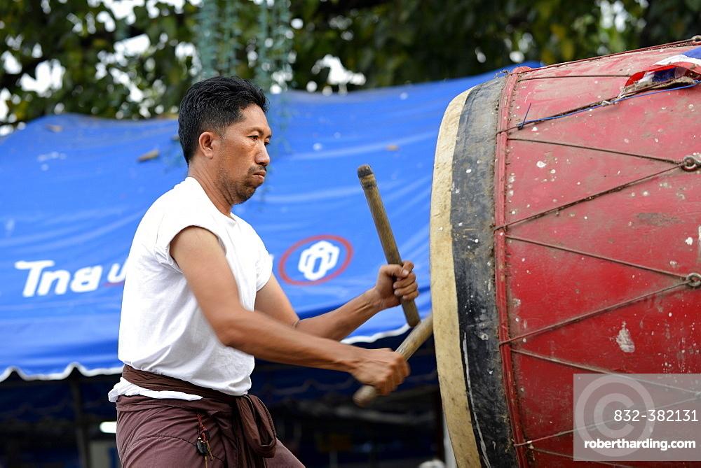 Man drumming outside the Wat Phra Si Rattana Mahathat Temple, Phitsanulok, Northern Thailand, Thailand, Asia