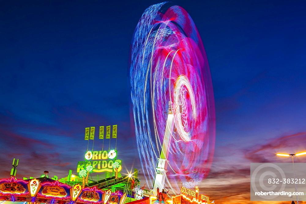 Ride Chaos Pendulum in motion at night, Oktoberfest, Theresienwiese, Munich, Upper Bavaria, Bavaria, Germany, Europe