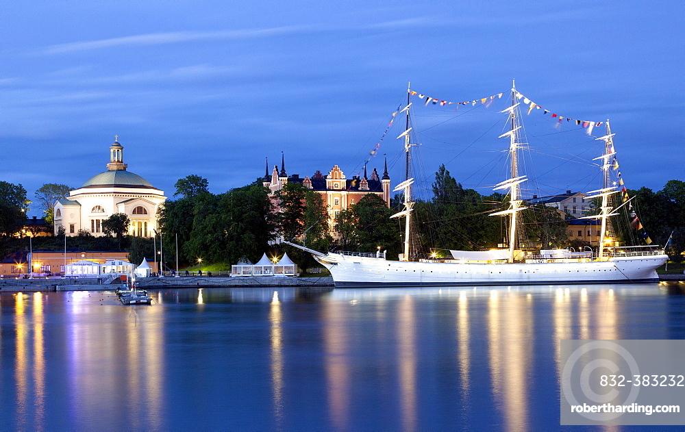 Church on the island of Skeppsholm, Skeppsholmskyrkan, concert hall, with the Chapman Boat sailing ship, youth hostel, Skeppsholm, Stockholm, Stockholm County, Sweden, Europe