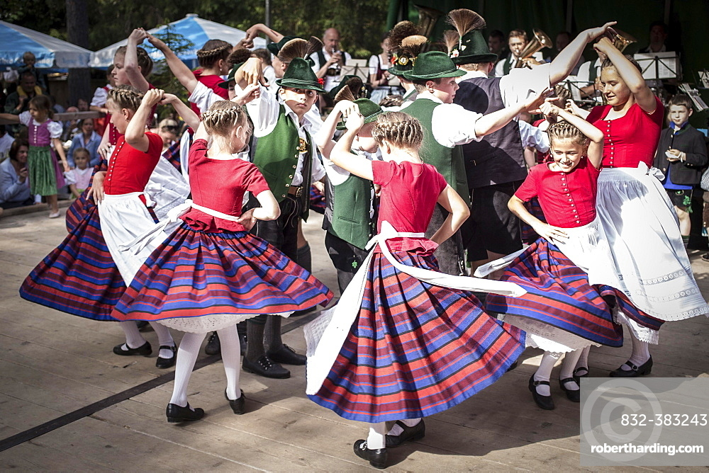 Forest festival of FC Real Kreuth at Leonhardstoana Hof, children of a traditional costume and Plattler group performing, Kreuth, Upper Bavaria, Bavaria, Germany, Europe
