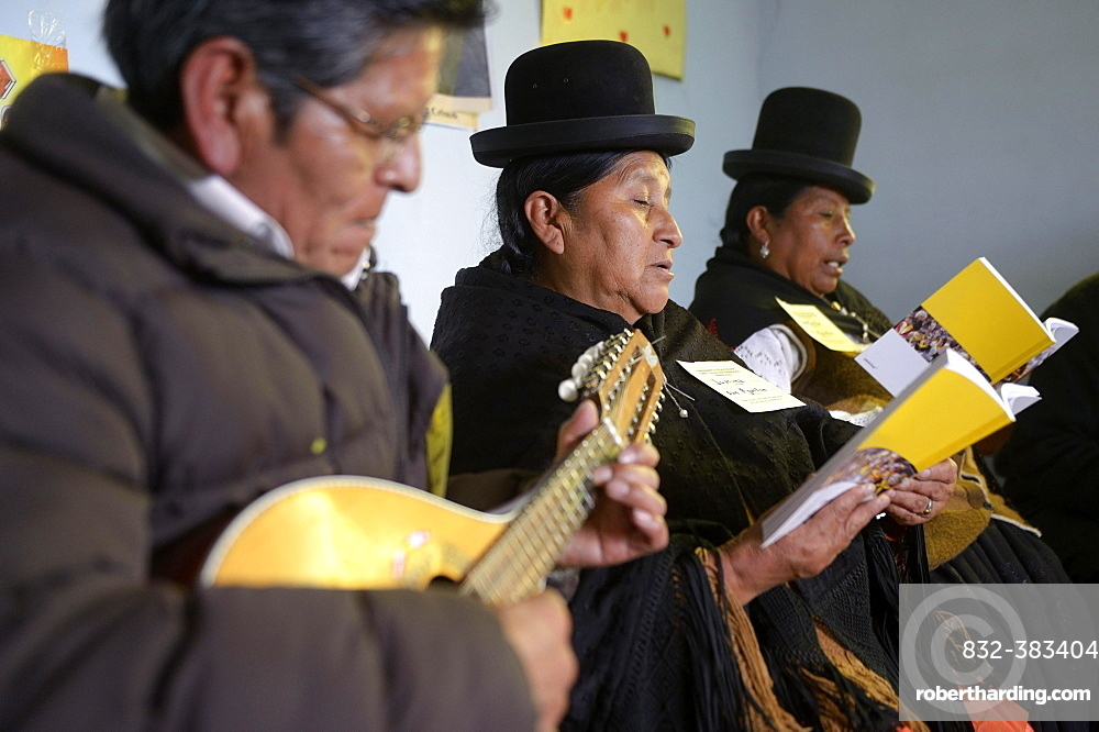 Catholic base community, Bolivians in the traditional dress of the Quechua Indians making music and singing together, El Alto, Departamento La Paz, Bolivia, South America