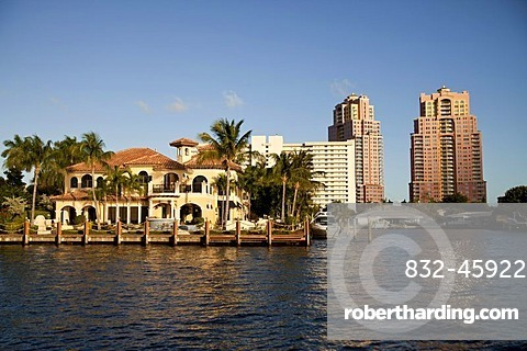 Apartment buildings and luxury villas on the waterfront in the town centre of Fort Lauderdale, Broward County, Florida, USA