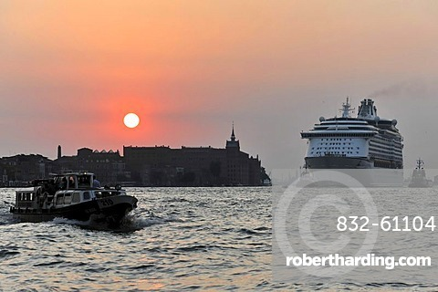 Cruise ship, Voyager of the Seas, built in 1999, 311m, 3114 passengers, leaving Venice, Veneto, Italy, Europe