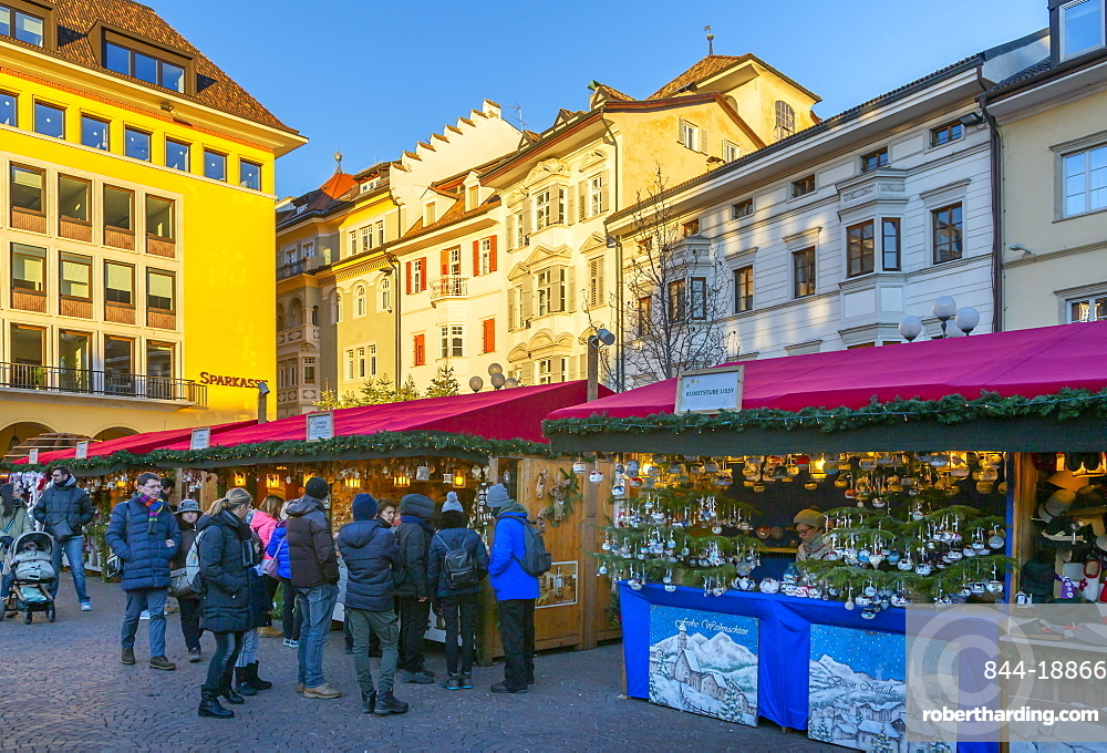 Customers at Christmas market in Piazza Walther, Bolzano, Italy, Europe