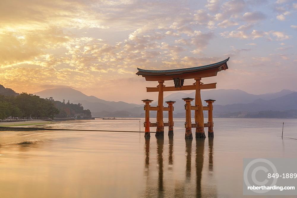 Itsukushima Shrine torii gate, UNESCO World Heritage Site, Miyajima, Hiroshima Prefecture, Japan, Asia