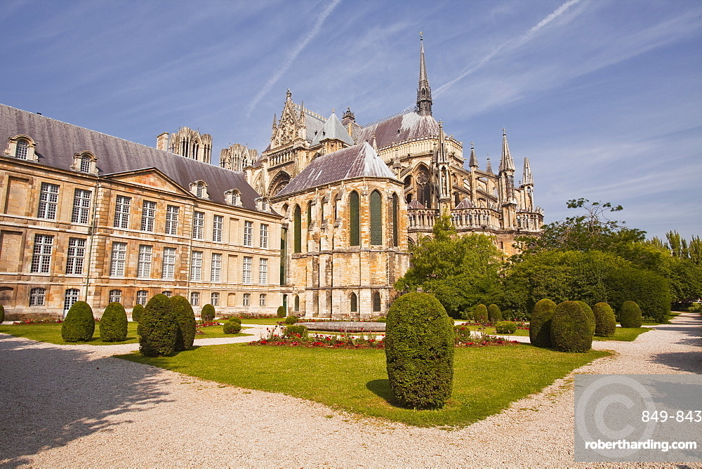 The Palais du Tau and Notre Dame de Reims cathedral, UNESCO World Heritage Site, Reims, Champagne-Ardenne, France, Europe