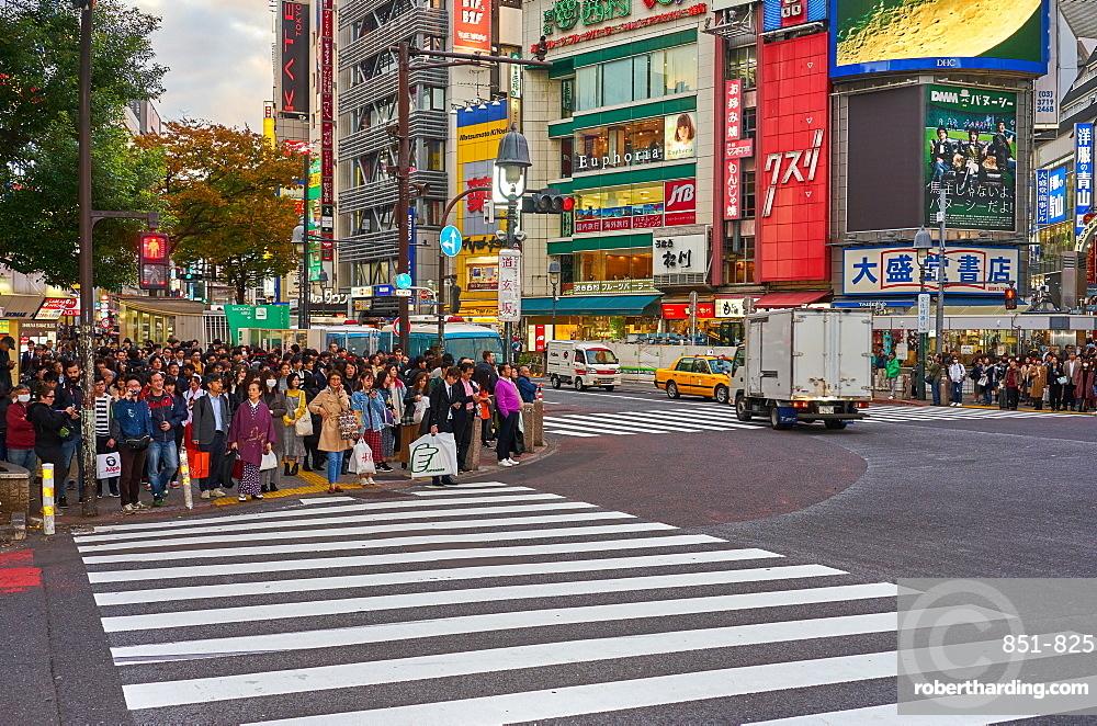 Crowds wating to cross the Shibuya Crossing, Tokyo, Japan, Asia