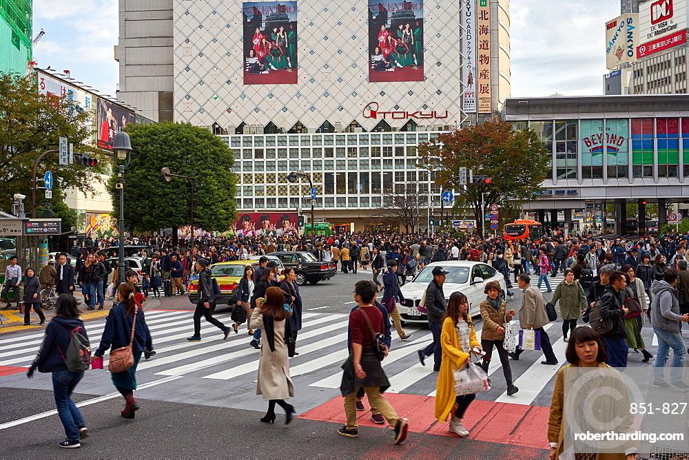 Crowds walking through the Shibuya Crossing, Tokyo, Japan, Asia
