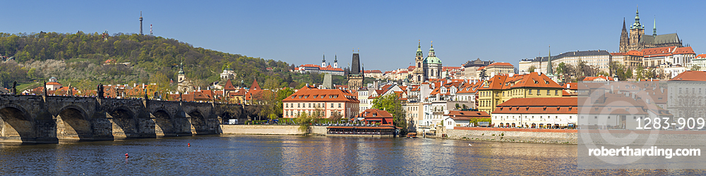 Panoramic view over Vltava River, Charles Bridge, the Mala Strana District and Prague Castle, UNESCO World Heritage Site, Prague, Bohemia, Czech Republic, Europe