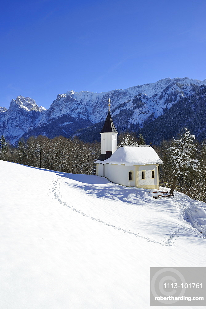 Snow-covered chapel of St Anthony, Kaisertal, Wilder Kaiser, Kaiser Mountains, Tyrol, Austria