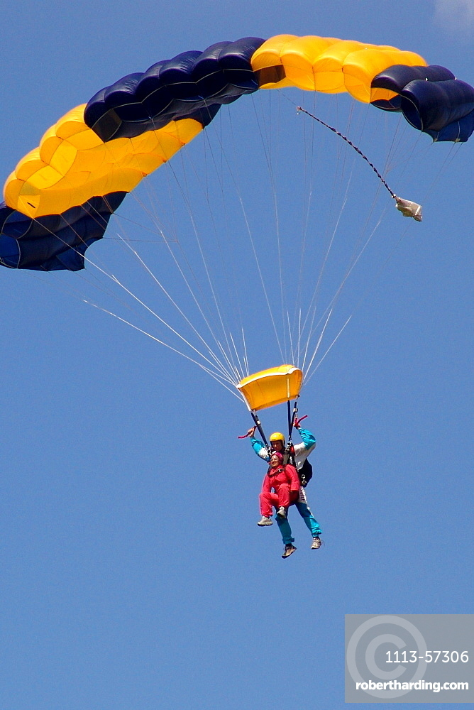 Sky divers at a tandem jump, Airport Gransee, Brandenburg, Germany, Europe