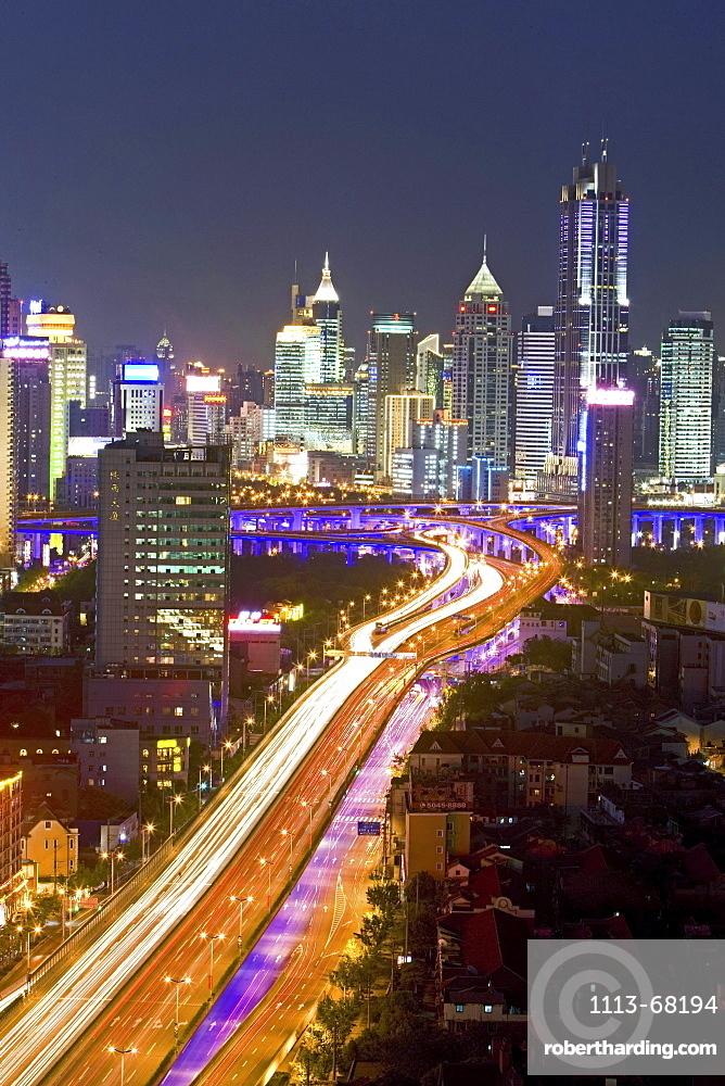 Gaojia motorway, Yan'an Zhonglu Motorway, Gaojia, elevated highway system, im Zentrum von Shanghai, Expressway, night skyline of central Shanghai, Huaihai and Pudong, Lichterband