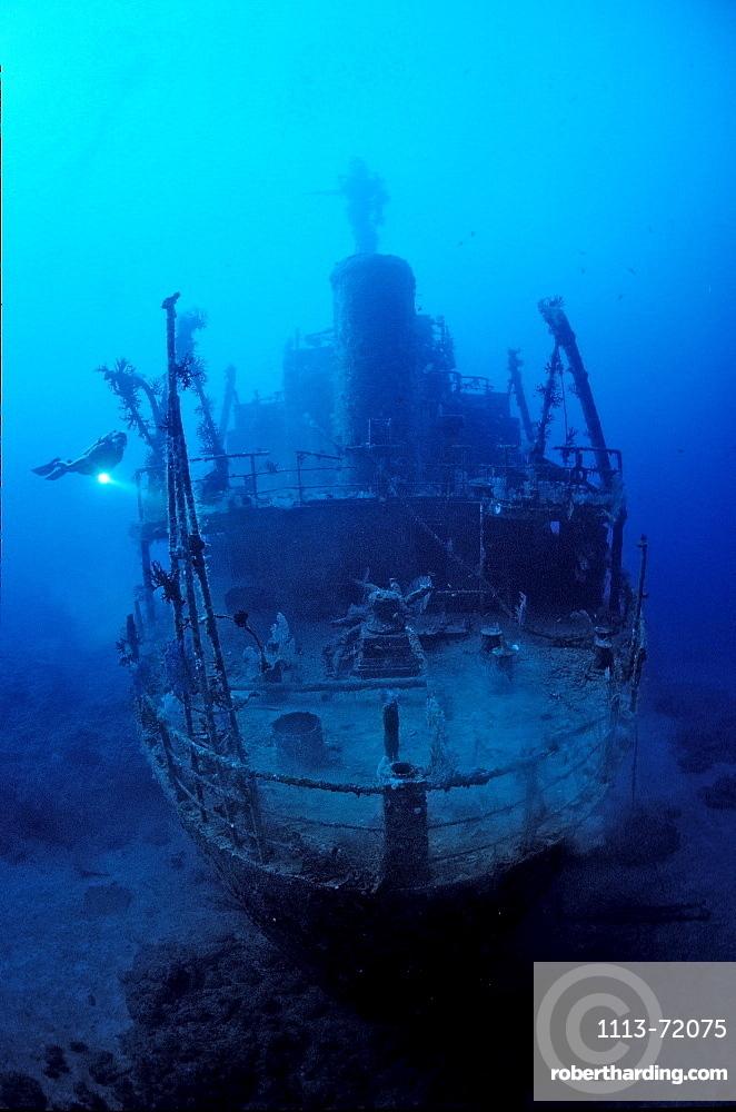 Unbekanntes Schiffswrack und Taucher, Papua Neu Guinea, Bismark Sea|Unknown ship wreck and scuba diver, Papua New Guinea, Bismark Sea