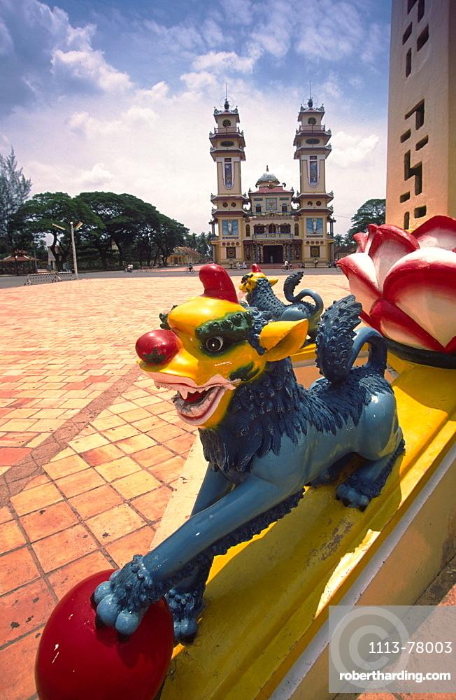 VIETNAM, Cao Dai Temple, Sculpture