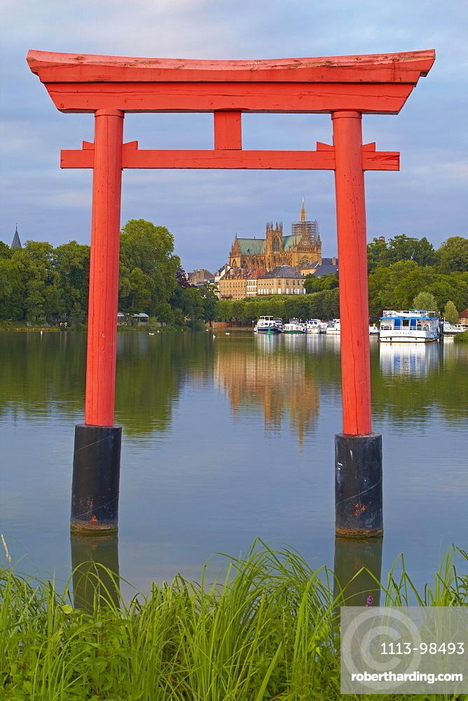 Port de Plaisance and Saint Etienne Cathedral, River Mosel, Metz, Moselle, Region Alsace Lorraine, France, Europe