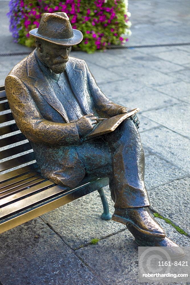 Bronze statue of Catalan architect Antoni Gaudi by Sculptor J. Luis Fernandez at Casa Botines in Leon, Castilla y Leon, Spain, Europe