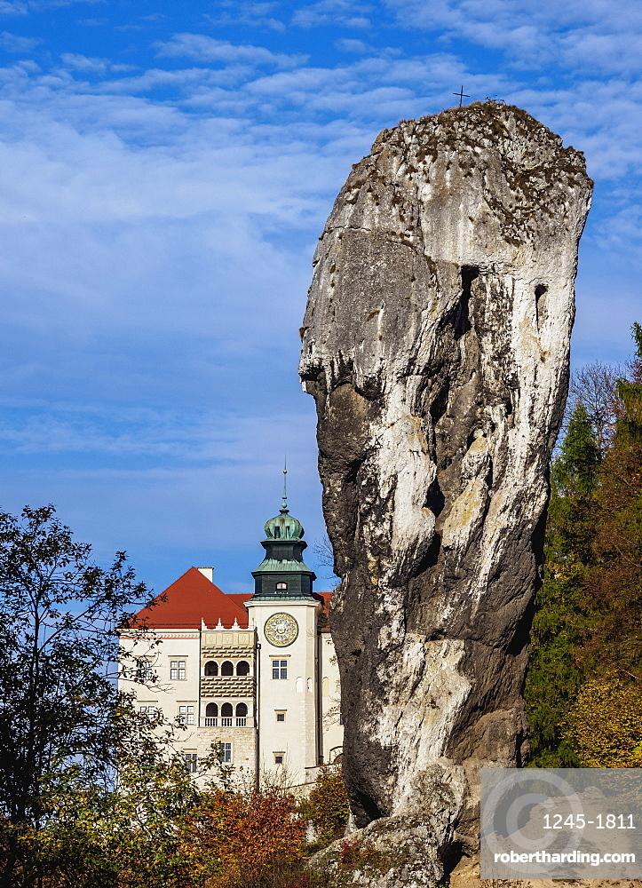 Pieskowa Skala Castle and Hercules Bludgeon, Trail of the Eagles' Nests, Krakow-Czestochowa Upland, Lesser Poland, Poland, Europe