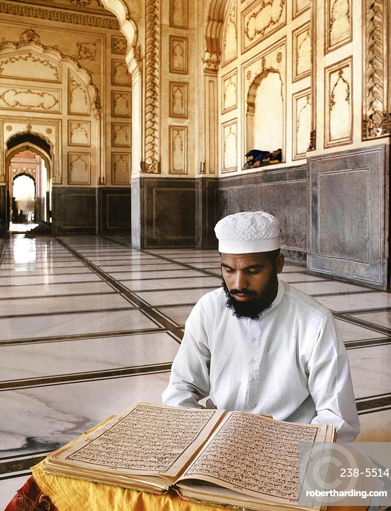 Man reading the Koran, Lahore, Pakistan, Asia
