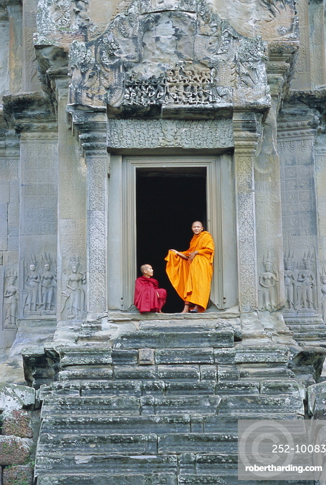 Buddhist monks at Angkor Wat, Angkor, UNESCO World Heritage Site, Siem Reap, Cambodia, Indochina, Asia