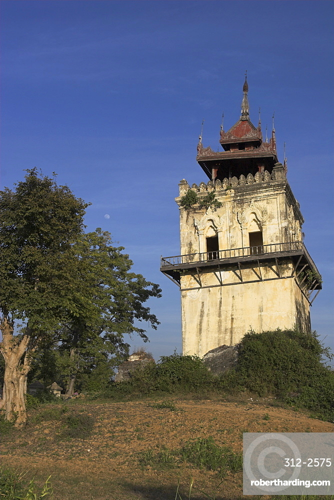 Nanmyin watchtower (the leaning tower of Ava), 27m high, damaged by 1838 earthquake, all that remains of the palace built by King Bagyidaw, ancient city of Inwa (Ava), Mandalay, Myanmar (Burma), Asia