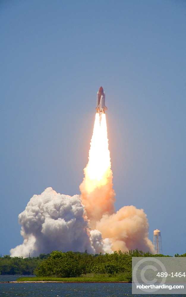 Launch of Space Shuttle Discovery from launchpad 39a on 4th July 2006, seen from the NASA Causeway, Cape Canaveral, Florida, United States of America, North America