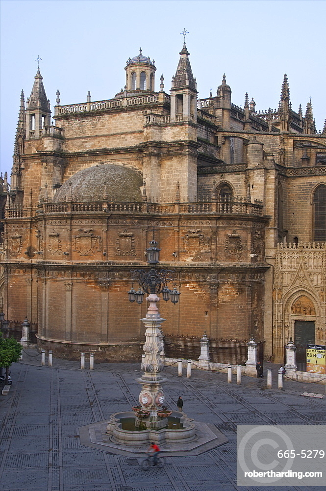 Cathedral, Lantern-Fountain, Plaza Virgen de los Reyes, in the early morning, Seville, Andalusia, Spain, Europe