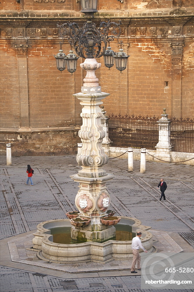 Lantern-Fountain dating from the 18th century, Plaza Virgen de los Reyes, in the early morning, Seville, Andalusia, Spain, Europe