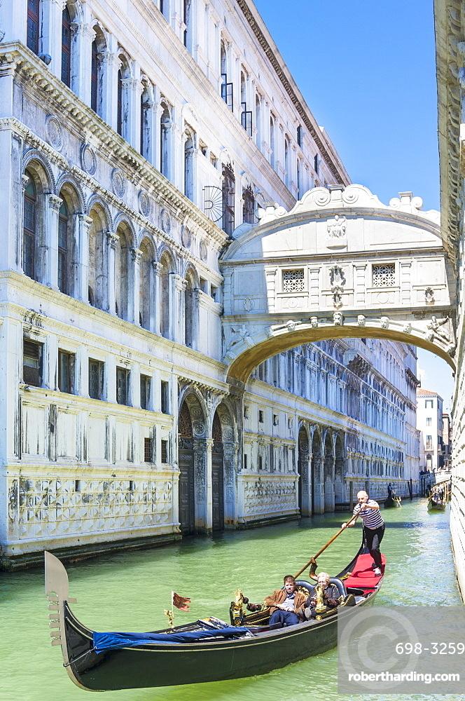 Venice Gondola with tourists going under the Bridge of Sighs (Ponte dei Sospiri), Venice, UNESCO World Heritage Site, Veneto, Italy, Europe