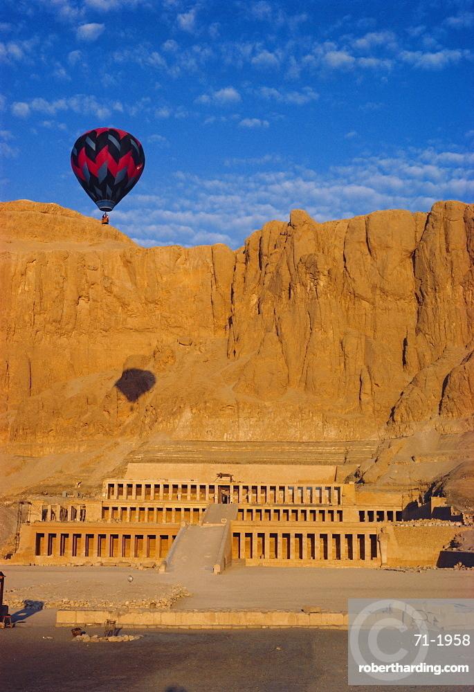 Ballon over Deir El Bahari, Temple of Hatshepsut, West Bank, Thebes, Egypt, North Africa