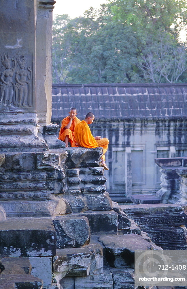 Buddhist monks at the temple complex of Angkor Wat, Angkor, Siem Reap, Cambodia, Indochina, Asia