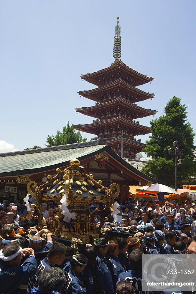 Mikoshi portable shrine of the gods parade, Sanja Matsuri Festival, Sensoji Temple, Asakusa Jinja, Asakusa, Tokyo, Japan, Asia