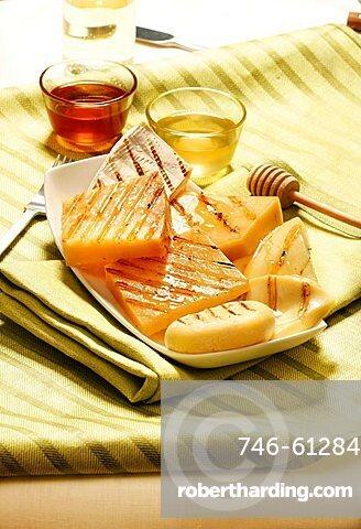 Formaggi grigiati con miele di castagno e acacia, grilled cheese with honey, Italy, Europe