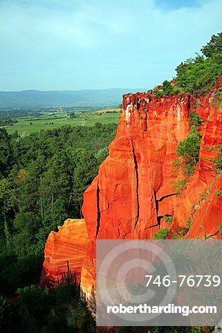 Ochre gully, Roussillon, Vaucluse, Provence-Alpes-C¬?te d'Azur, France, Europe