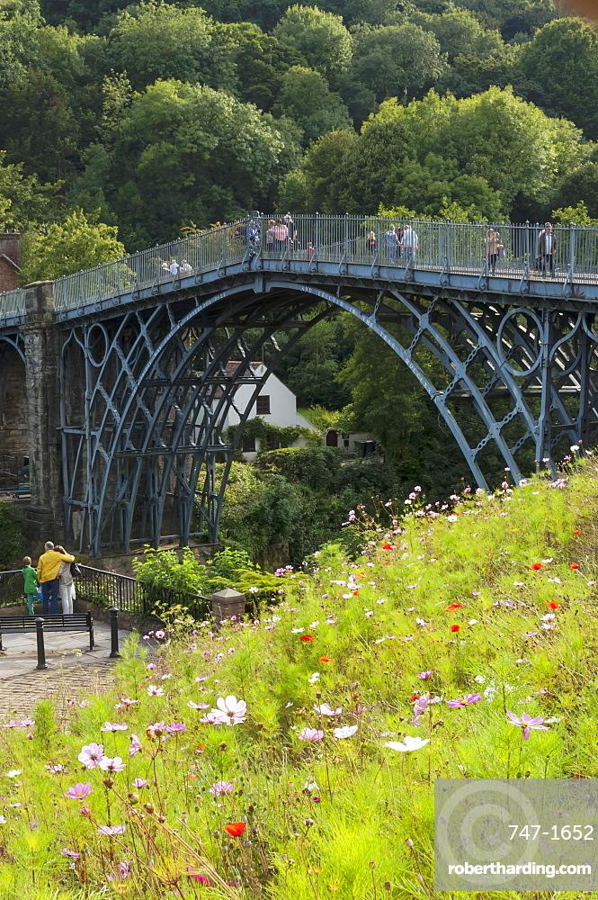 Ironbridge spanning 30m across the River Severn at Ironbridge, designed byThomas Pritchard and built by Abraham Derby, opened in 1789, UNESCO World Heritage Site, Shropshire, England, United Kingdom, Europe