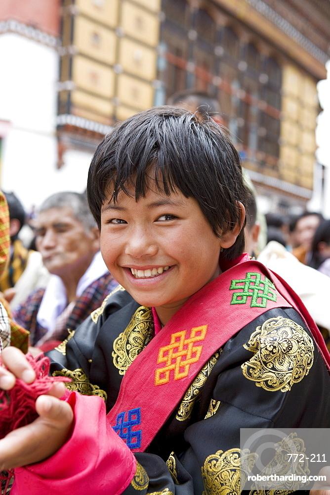 Pilgrim watching religious dances, Buddhist festival (Tsechu), Trashi Chhoe Dzong, Thimphu, Bhutan, Asia