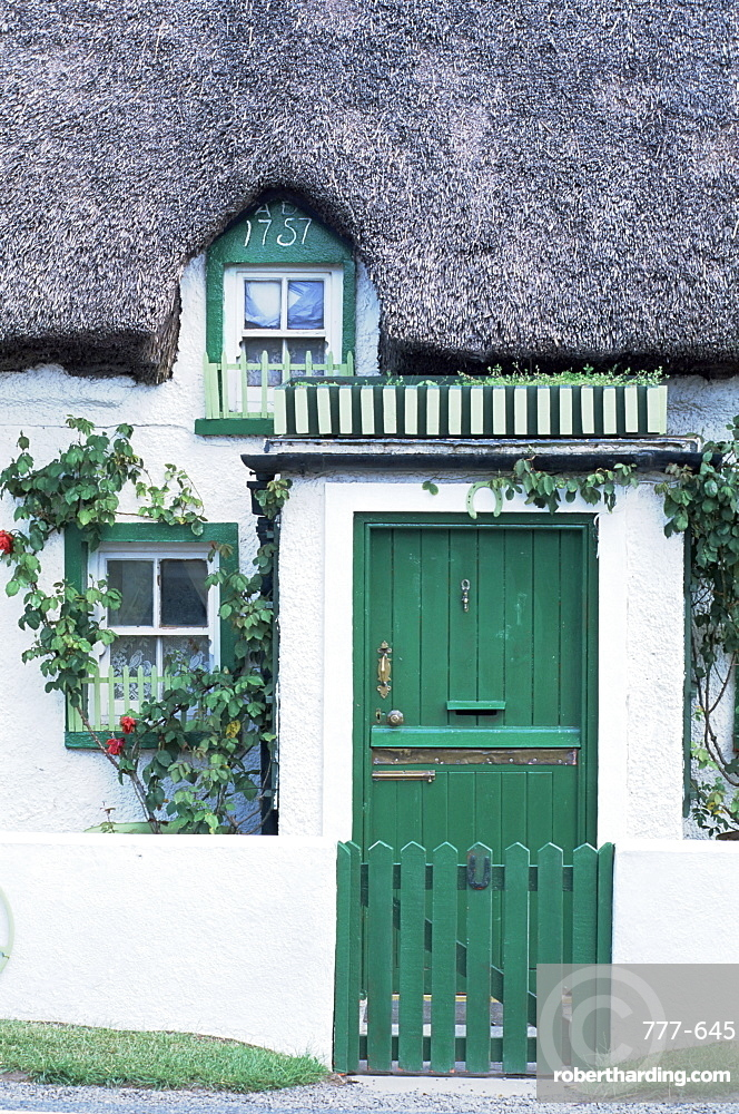 Thatched cottage dating from around 1757, Mooncoin village, County Kilkenny, Leinster, Republic of Ireland, Europe
