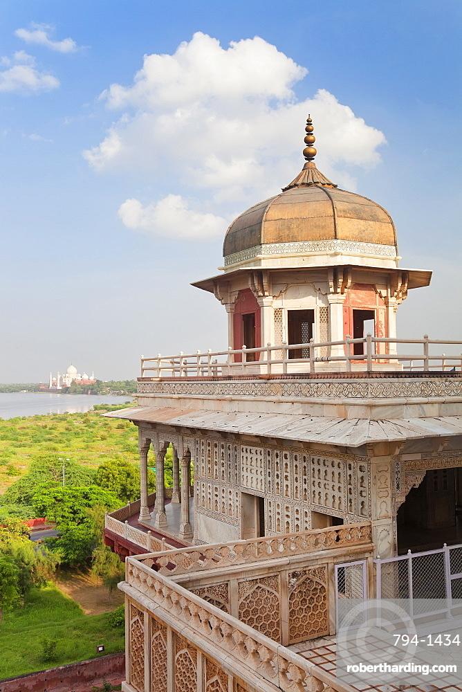 Taj Mahal, UNESCO World Heritage Site, across the Jumna (Yamuna) River from the Red Fort, Agra, Uttar Pradesh state, India, Asia