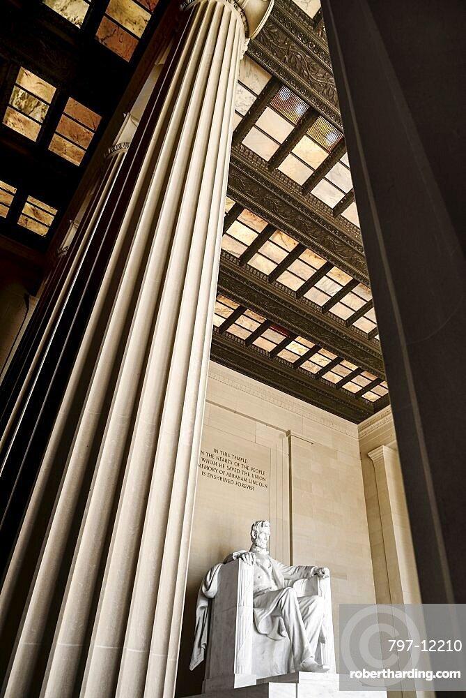 USA, Washington DC, National Mall, Lincoln Memorial, Statue of Abraham Lincoln, Angular view between the pillars of the interior.
