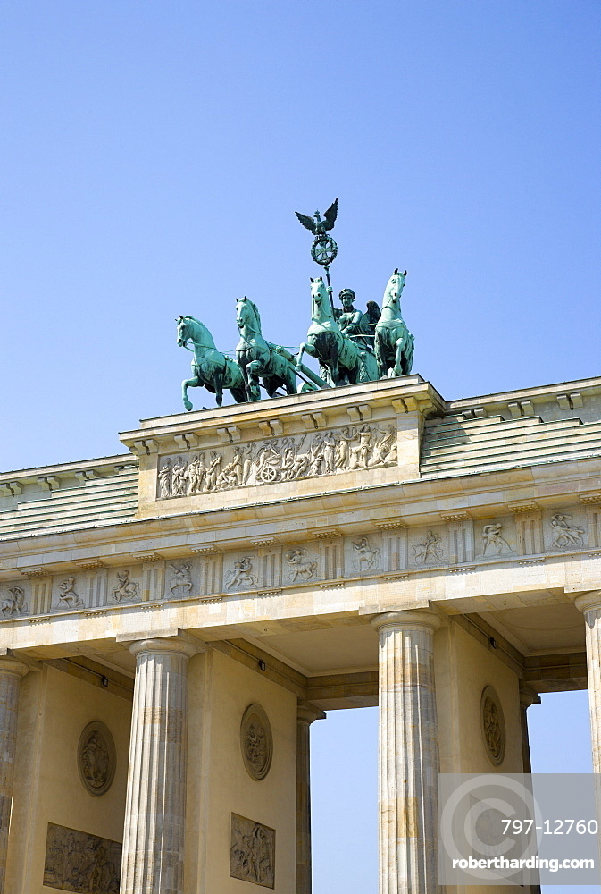 Germany, Berlin, Mitte, Brandenburg Gate or Brandenburger Tor in Pariser Platz leading to Unter den Linden and the Royal Palaces with the Quadriga of Victory on top. The only remaining of the original 18 gates in the Berlin Customs Wall.