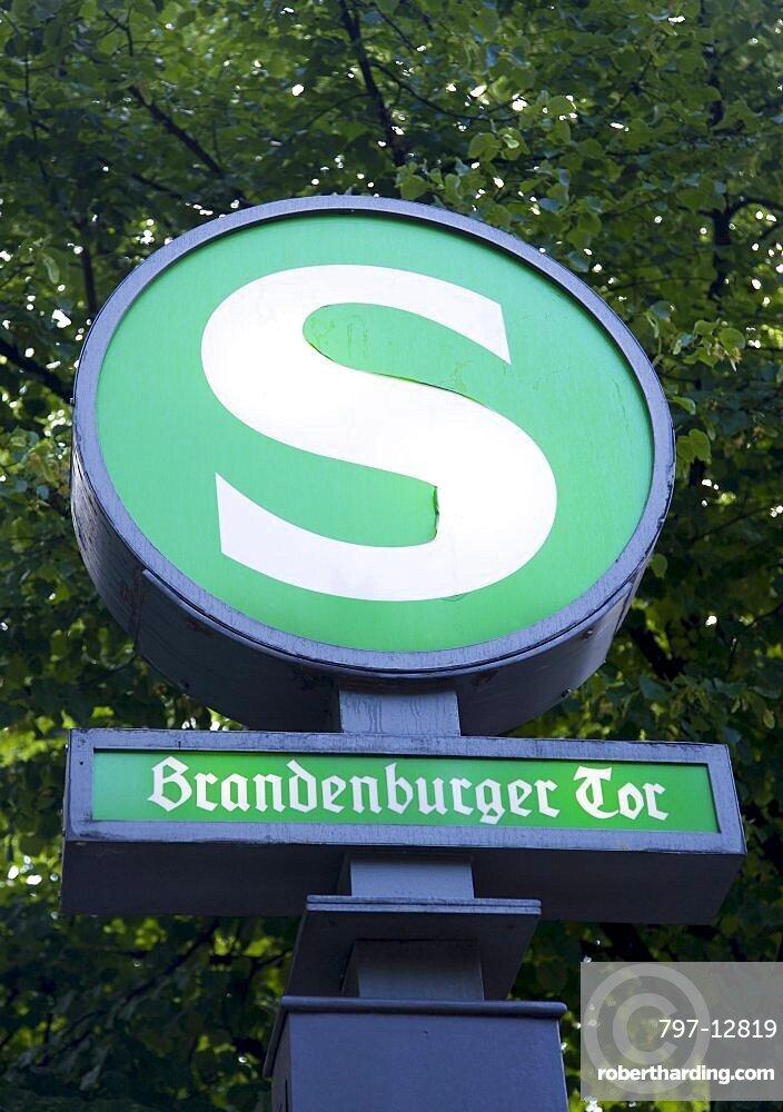 Germany, Berlin, Mitte, Brandenburger Tor, Brandenburg Gate, S-Bahn train station sign on Unter den Linden.