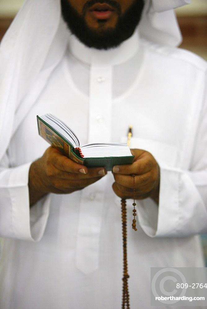 Muslim reading Koran, Jumeirah mosque, Dubai, United Arab Emirates, Middle East