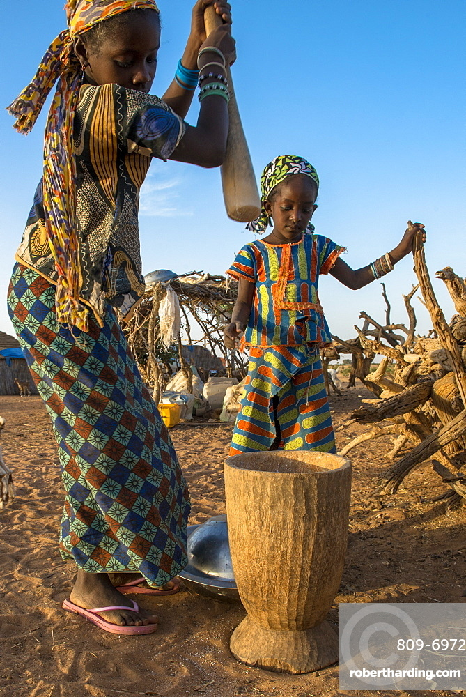 Girls using a pestle, Tetiane Bade, Senegal, West Africa, Africa
