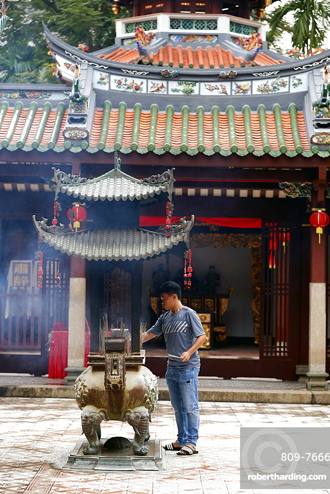 Thian Hock Keng Temple, Buddhist worshipper burning incense sticks, Singapore, Southeast Asia, Asia