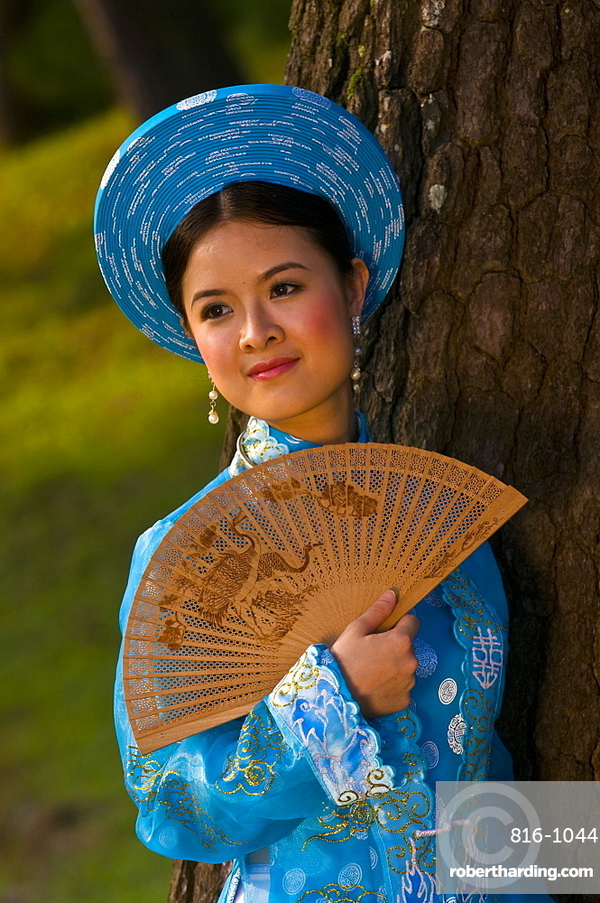 Bride dressed in traditional dress posing for the camera, Hue, Vietnam, Indochina, Southeast Asia, Asia