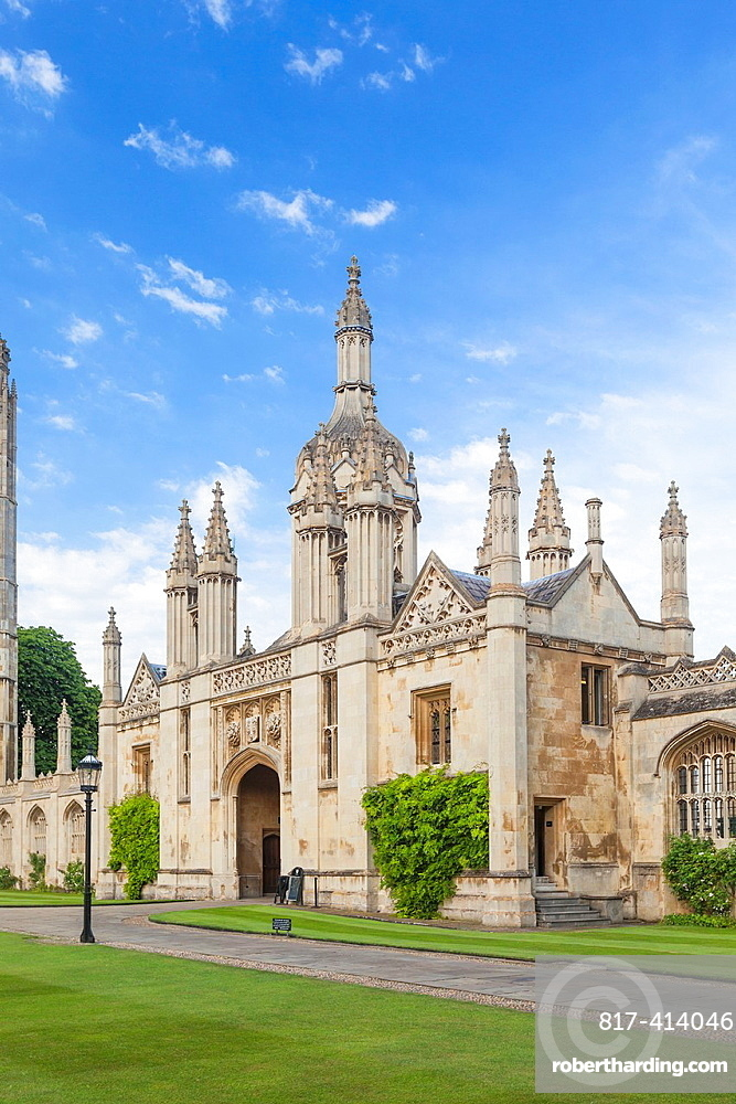 King¥s college gatehouse viewed from the front court, Cambridge, England